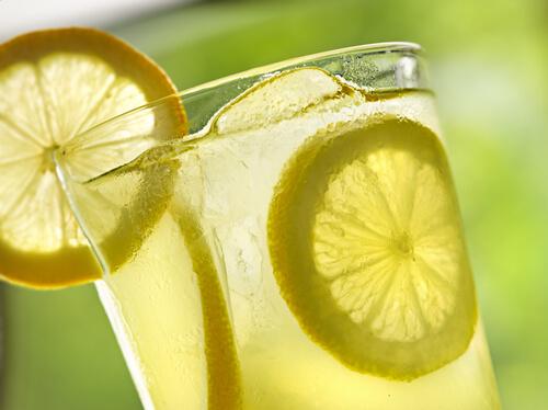 cuantas-calorias-tiene-el-agua-limon
