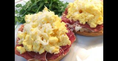 ¿Cuántas calorías tiene 2 huevos revueltos con jamón?