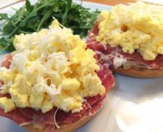 ¿Cuántas calorías tiene un huevo revuelto con jamón y queso?