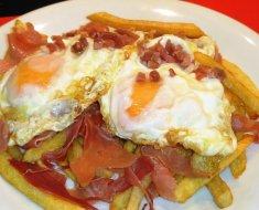 ¿Cuántas calorías tiene un plato de huevo con jamón?