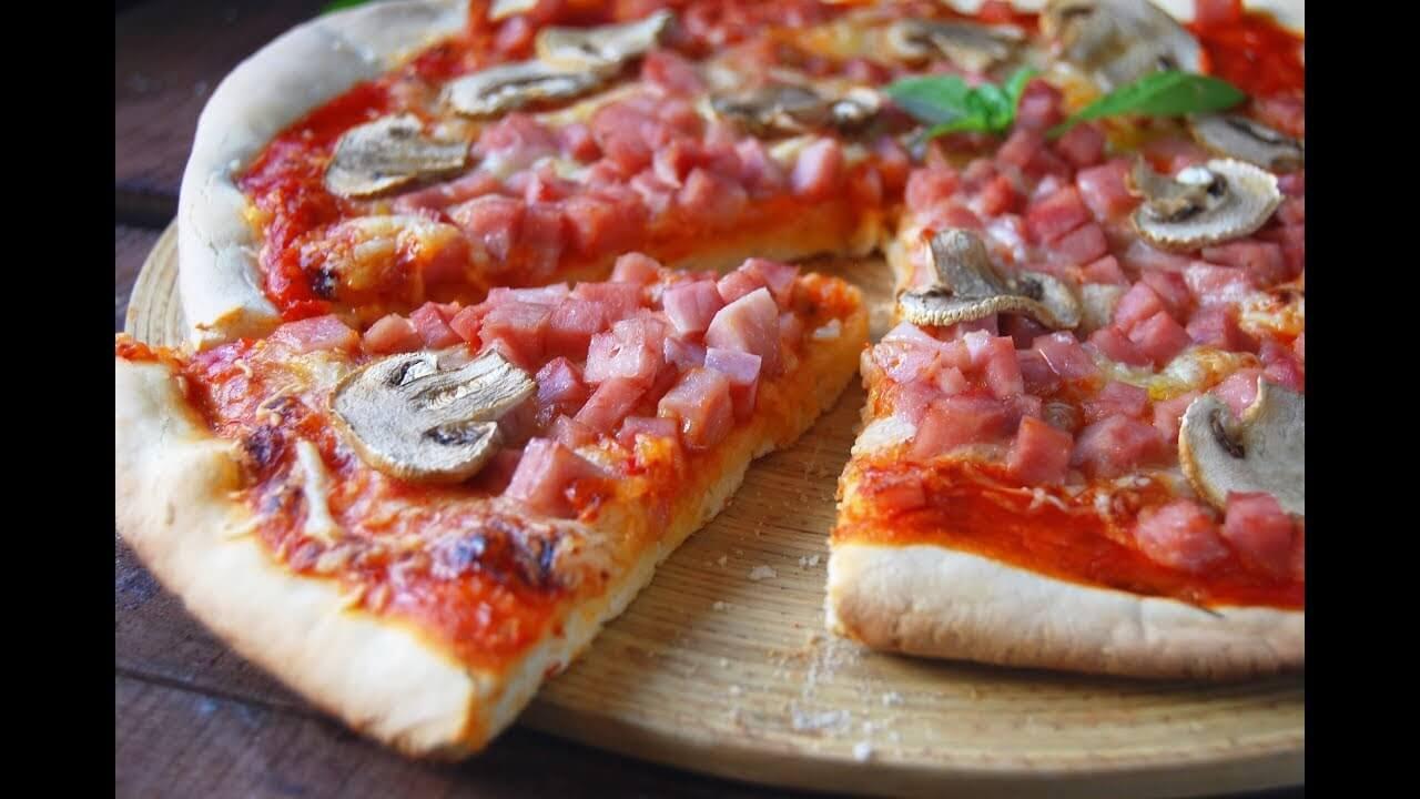 ¿Cuántas calorías tiene una pizza entera de jamón y queso?